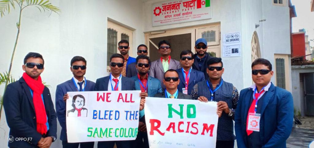 तस्वीर: काठमाडौं स्थित केन्द्रिय सम्पर्क कार्यालयमा स्वयंसेवकहरू।
